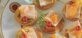 Crostini con frutta e patè di vitello