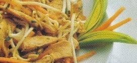 Pollo all'orientale con germogli di soia e zenzero